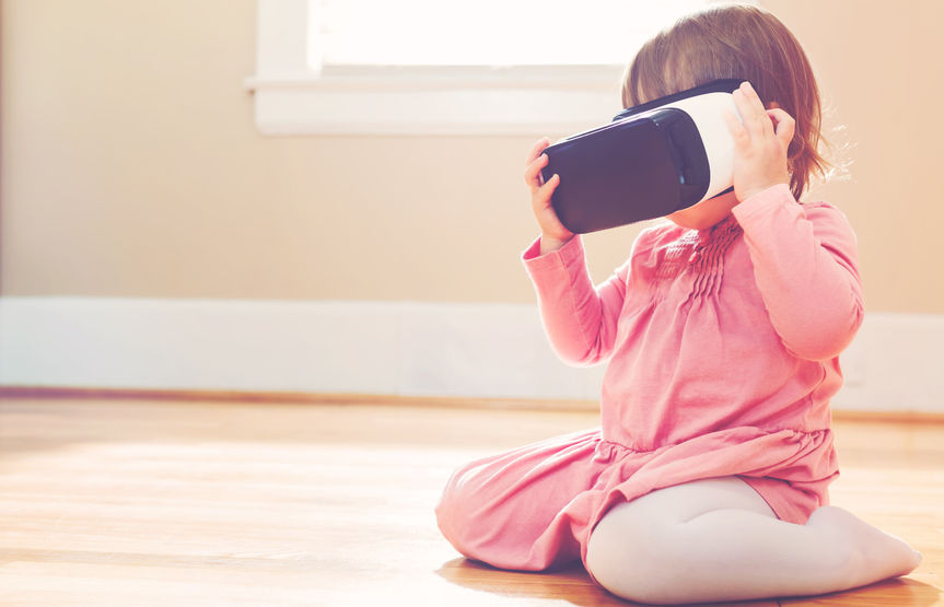 58705615 – toddler girl using a new virtual reality headset